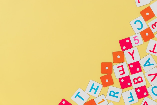 Marco de juguetes para niños en amarillo