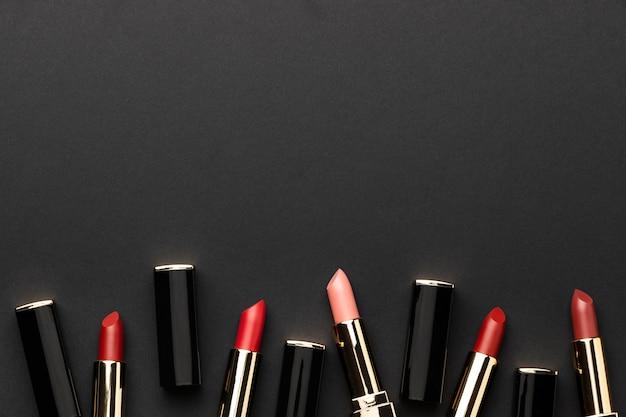 Marco de lápices labiales de vista superior con espacio de copia