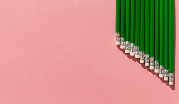 Marco de lápices verdes con espacio de copia