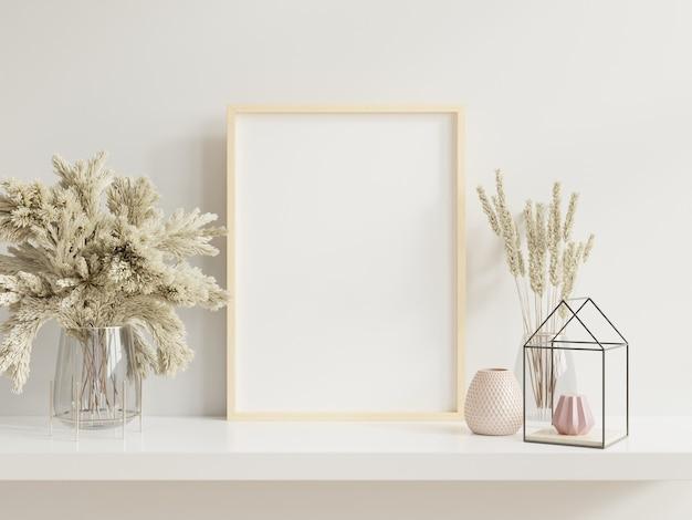Marco de madera apoyado en estante blanco en interior brillante con plantas en la mesa con plantas en macetas en la pared vacía