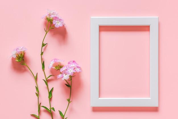 Marco de madera blanca y flores