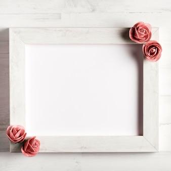 Marco de madera en blanco simple con rosas