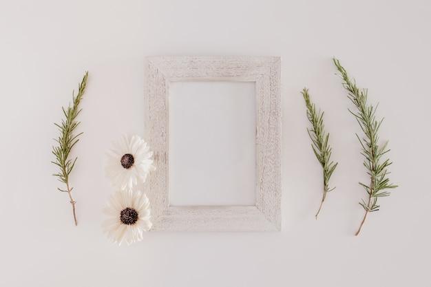 Marco de madera con flores