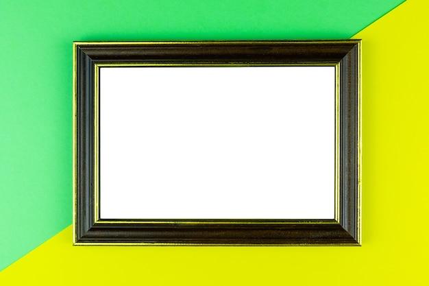 Marco de madera de fondo amarillo