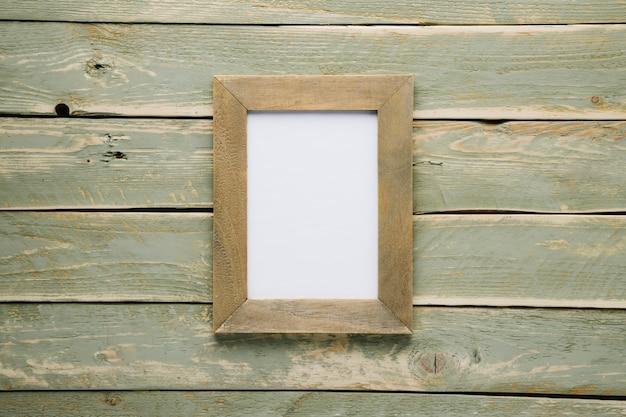 Marco de madera con fondo de madera claro.