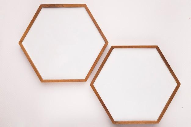 Marco de madera hexagonal sobre fondo blanco.