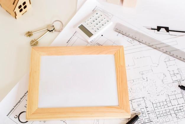 Un marco de madera en la maqueta de la tableta