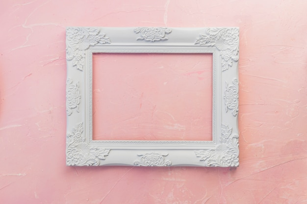 Marco de madera en mesa rosa