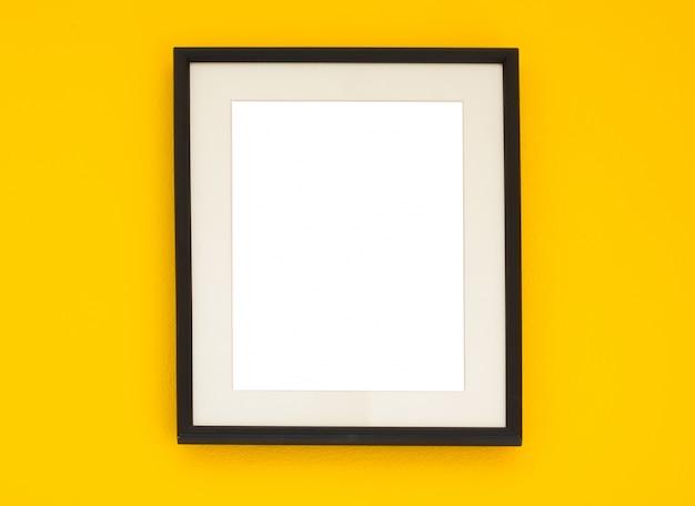 Marco de madera en la pared amarilla