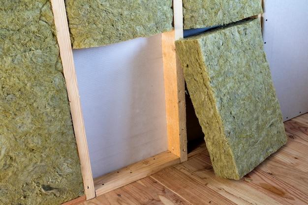 Marco de madera con placas de yeso aisladas con lana de roca y fibra de vidrio.