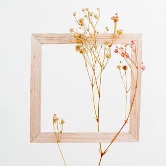 Marco de madera con rama de flores
