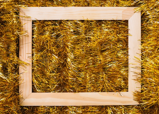 Marco de madera sobre malla dorada.