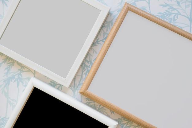 Marco de madera sobre papel pintado