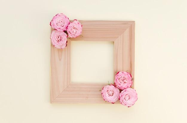 Marco de madera vacío con rosas