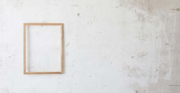 Marco de madera en la vieja pared blanca