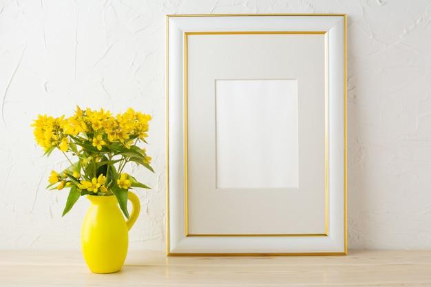 Marco de maqueta con pequeñas flores amarillas en jarrón estilizado.
