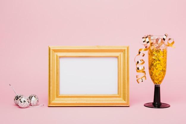 Marco de maqueta de vista frontal y vidrio lleno de cintas
