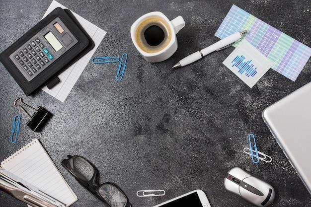 Marco material de oficina sobre una mesa