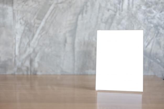 Marco de menú en blanco en la mesa en la cafetería soporte para su texto