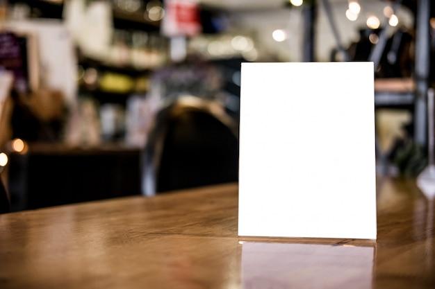 Marco de menú en blanco en el soporte de la mesa para el texto de su producto