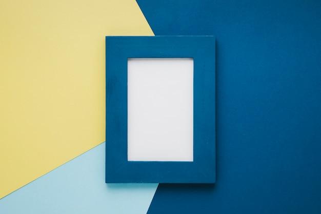 Marco minimalista azul con espacio vacío.