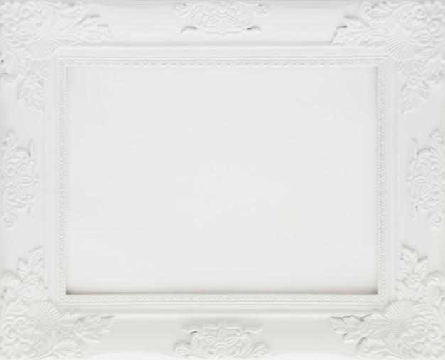 Marco minimalista blanco con espacio vacío.