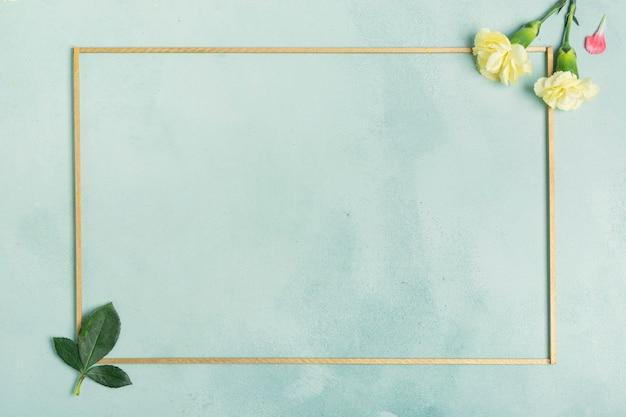Marco minimalista con flores de clavel y hojas.