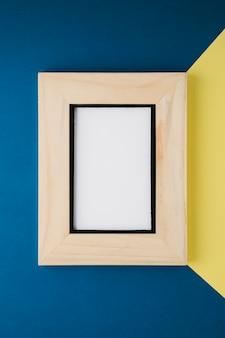 Marco minimalista de madera con espacio vacío.