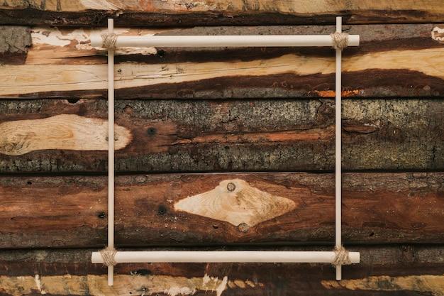 Marco minimalista plano laico sobre fondo de madera