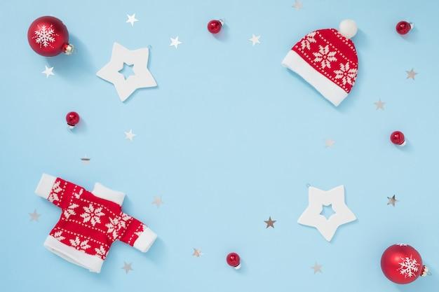 Marco de navidad o invierno con decoraciones blancas y rojas sobre fondo azul pastel. concepto de año nuevo
