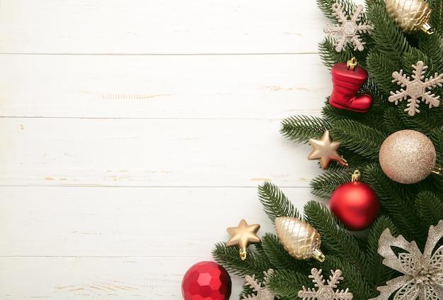Marco de navidad - ramas de árboles con adornos rojos y dorados, estrellas, copos de nieve sobre fondo blanco. vista superior