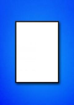 Marco negro colgado en una pared azul
