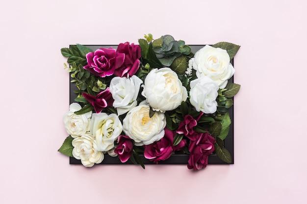 Marco negro lleno de hermosas flores de colores