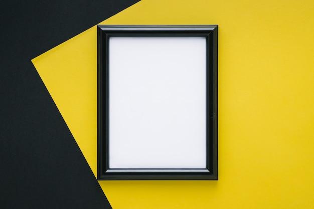 Marco negro minimalista con espacio vacío.