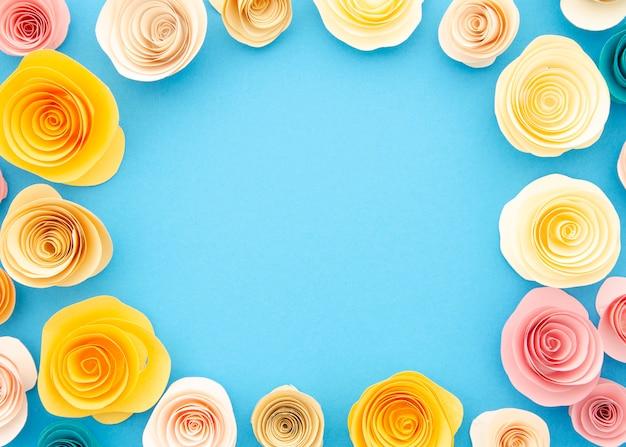 Marco ornamental colorido con flores de papel