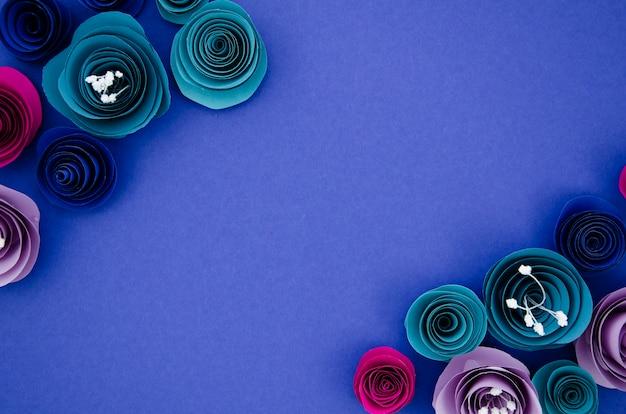 Marco ornamental hecho de coloridas flores de papel con espacio de copia