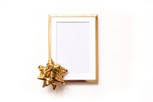 Marco de oro con el arqueamiento del oro aislado en el fondo blanco. invierno minimalista navidad fla