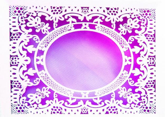 Marco ovalado de encaje blanco de papel blanco, hecho en el estilo adornado y lujoso sobre un fondo rosa