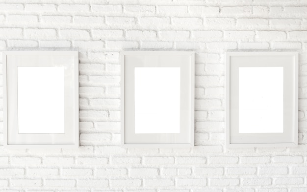 Marco en la pared de ladrillo blanco