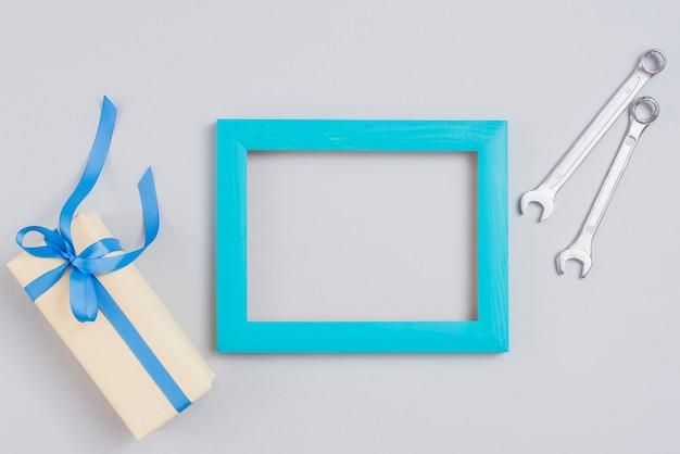 Marco personalizado con llaves y caja de regalo.
