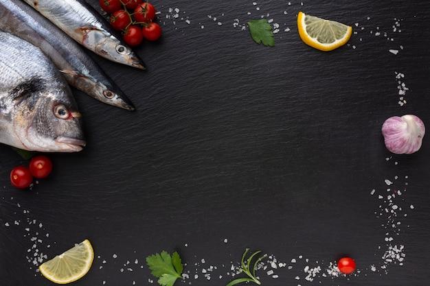 Marco con pescado y condimentos.