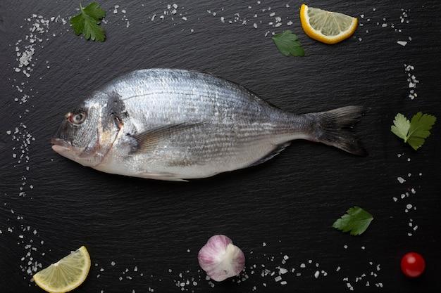 Marco con pescado fresco y condimentos.