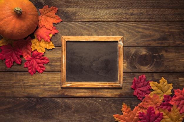Marco de pizarra en composición de otoño