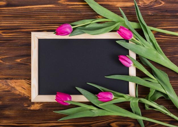 Marco de pizarra y tulipanes.