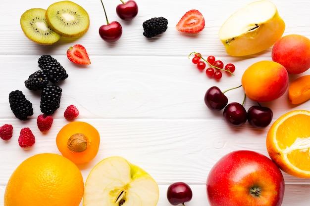 Marco plano de bayas frescas y frutas.