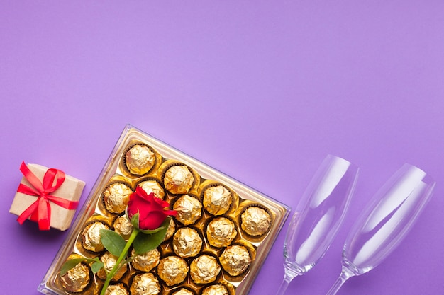 Marco plano con caja de chocolate y regalo.
