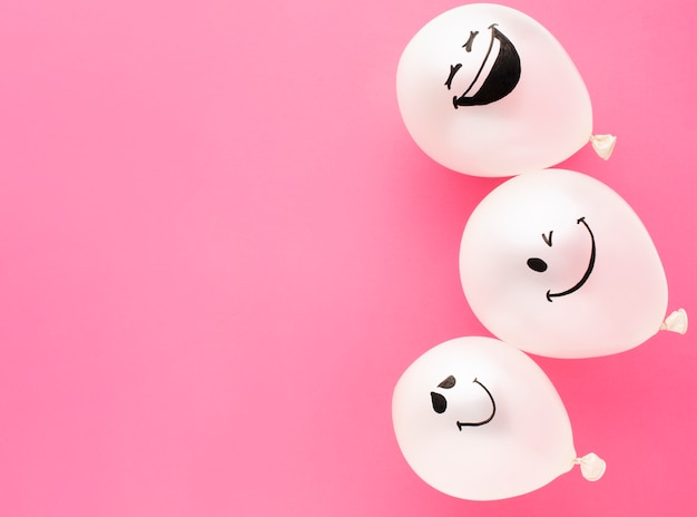 Marco plano con globos divertidos y espacio de copia