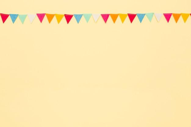 Marco plano laico con adornos de cumpleaños y espacio de copia
