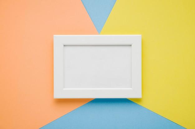 Marco plano laico blanco sobre fondo de colores