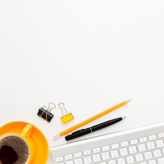 Marco plano laico con bolígrafos y café